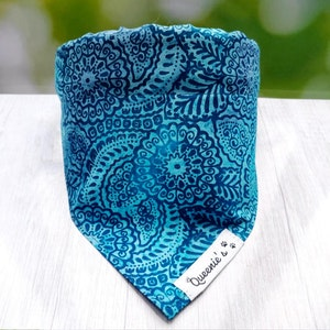 Queenie's Pawprints Sansara Eco Bandana - Through collar fit