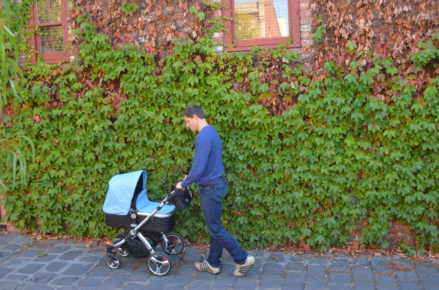 What's the difference between reversible seat prams and reversible handle prams?
