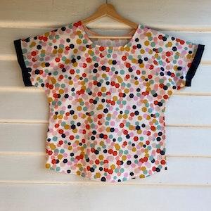 Woven by Society Short Sleeve Top – Hexagon Confetti 2020