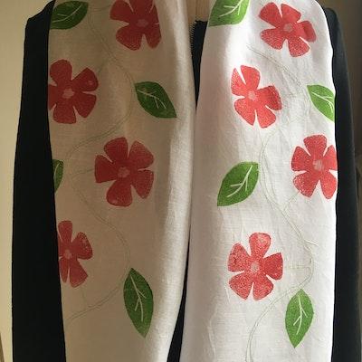 Julevidge Linen scarf with a flower and leaf design