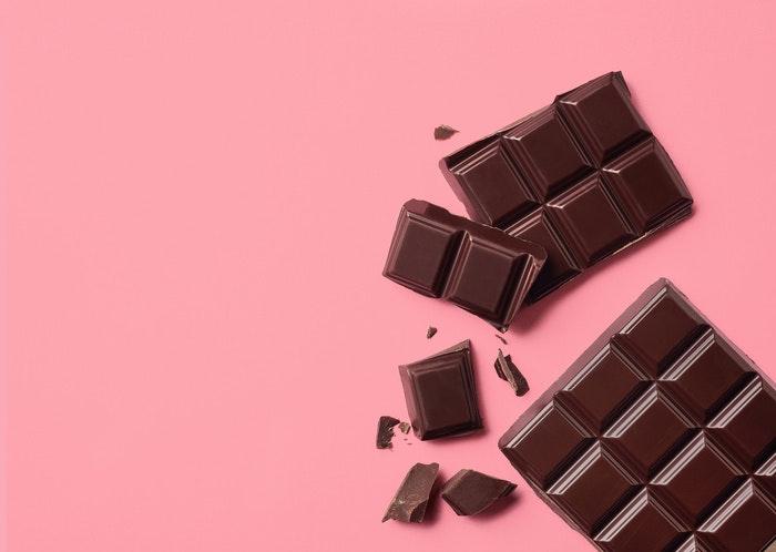 schokolade-vor-pinkem-hintergrund-jpg