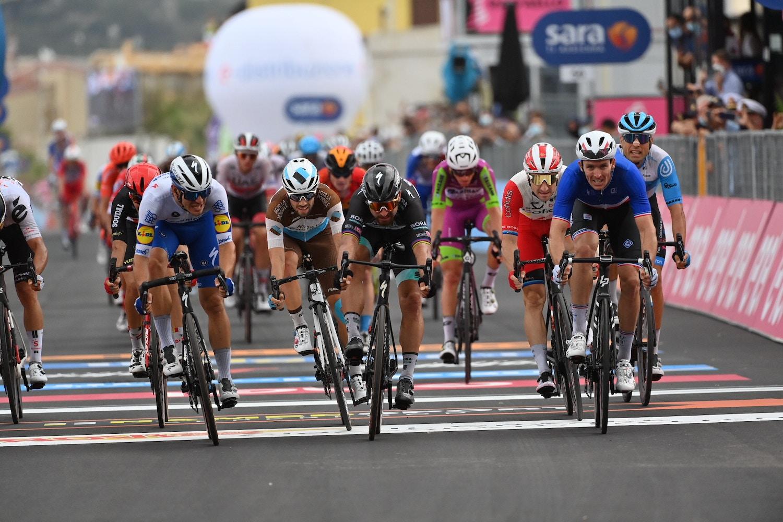 Arnaud Démare Niega a Peter Sagan en el Sprint - Giro d'Italia Etapa 4