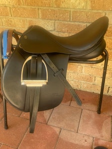 New Trainer 17in AP saddle - black, changeable gullet  system (currently W) 2021