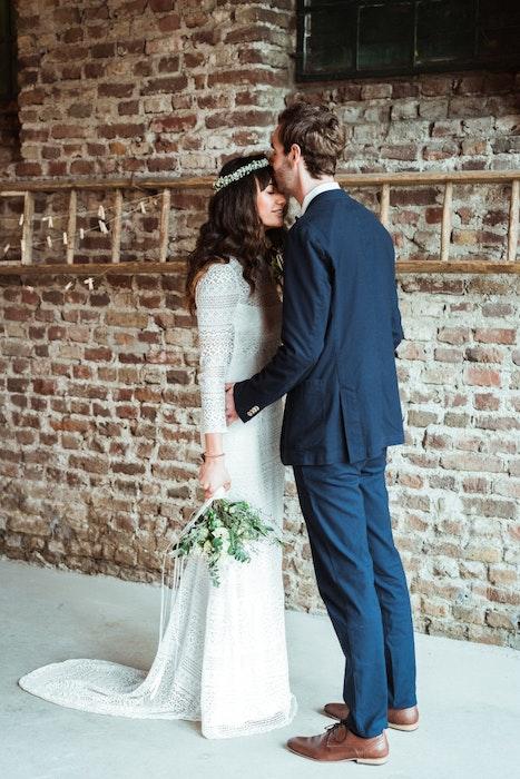 nachhaltig-heiraten-dienstleister-styled-shoot-brautpaar-in-weiss-jpg