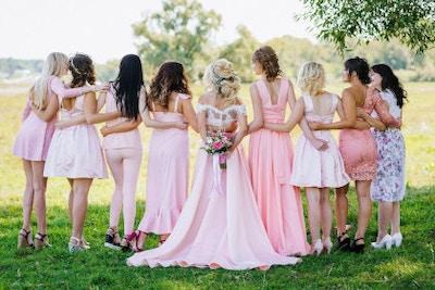 Hochzeitsoutfit für Gäste – Praktische Tipps und Ideen für eine lange Hochzeitssaison