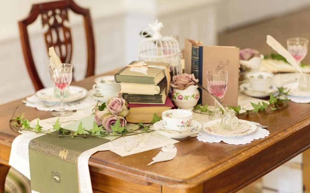 Gedeckter Tisch auf der Hochzeit, dekoriert mit Hochzeitsdeko