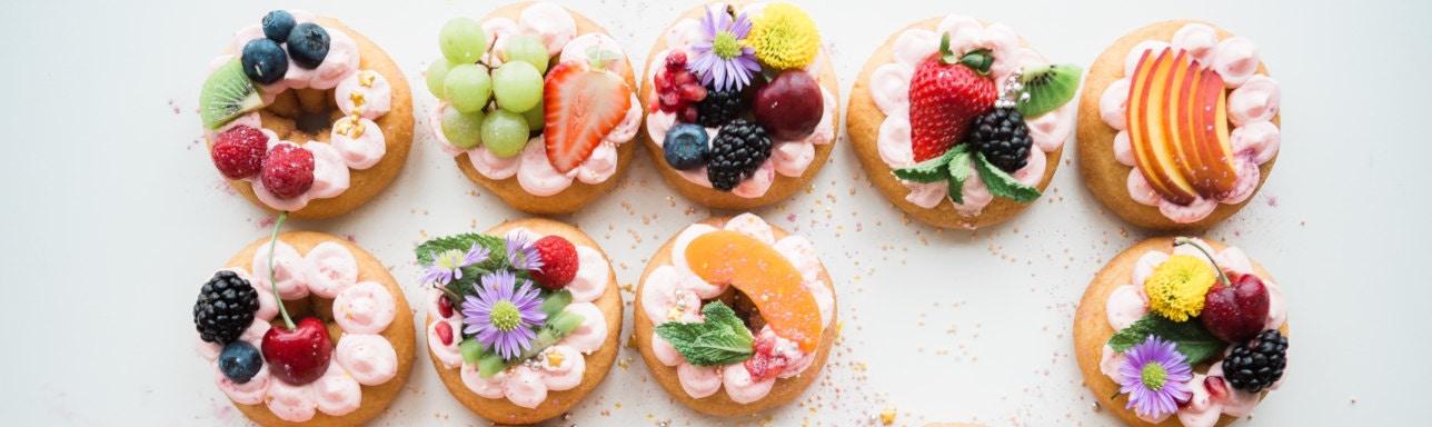 viele verschieden dekorierte kleine Kuchen