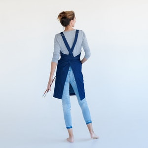 Apron Dynamic Artist with cross back straps and two generous front pockets, made from Organic cotton
