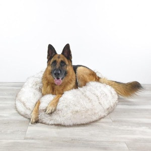 DoggyTopia L'amour Snug Dog Bed - White & Brown Fur Tips