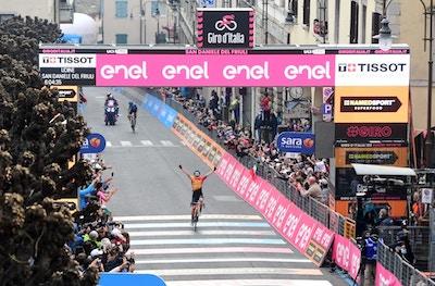 Jan Tratnik Vence una Fuga de 28  y se Escapa por la Victoria - Giro d'Italia Etapa 16