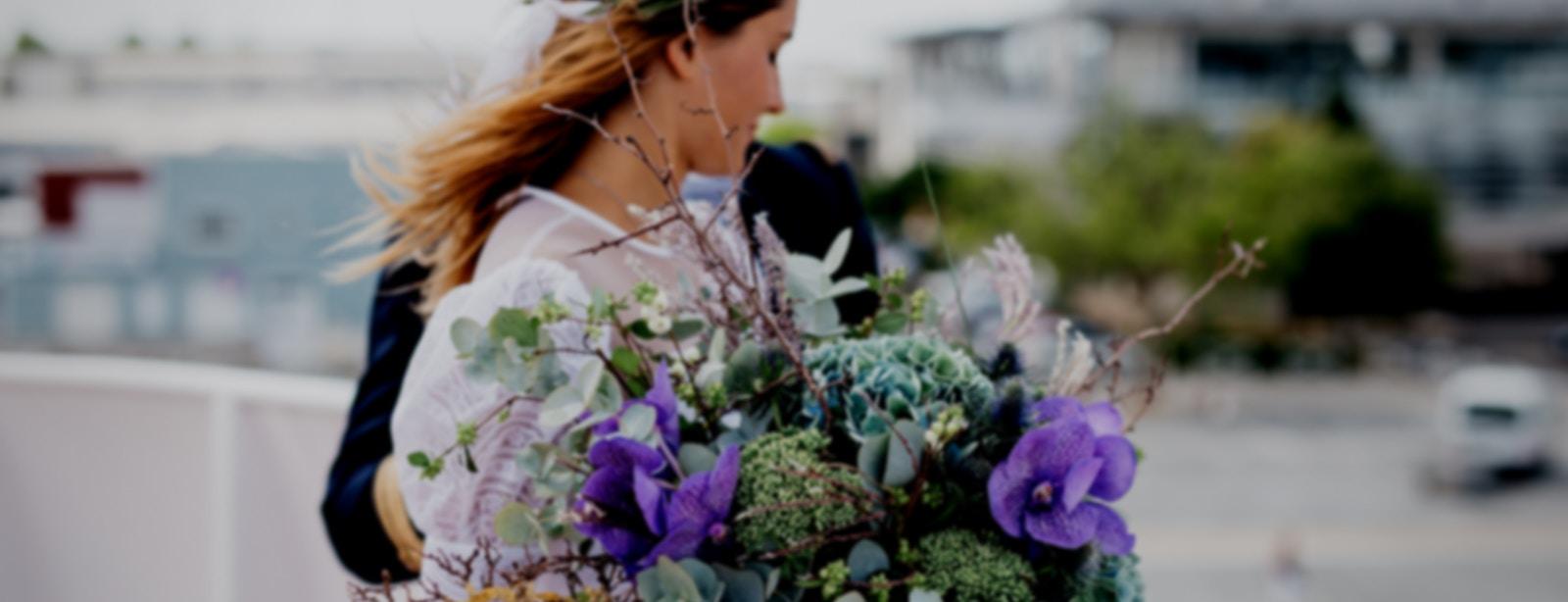 Boho Braut mit Brautstrauß an ihrer Hochzeit - weddista der Hochzeitsmarktplatz