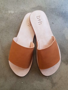 b + h Women's Flat Slip On Sandals Tan