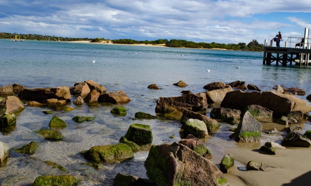 outdoria-lakes-entrance-local-fishing-advice-bullock-island-rocks-jetty-crabs-jpg
