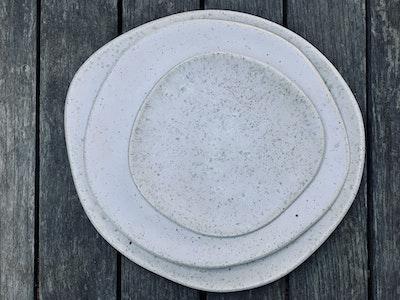 Memory Box Pebble Dinner Plate in Cookies and Cream