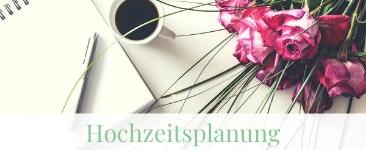 Hochzeitsplanung mit Blumen und Notizblock