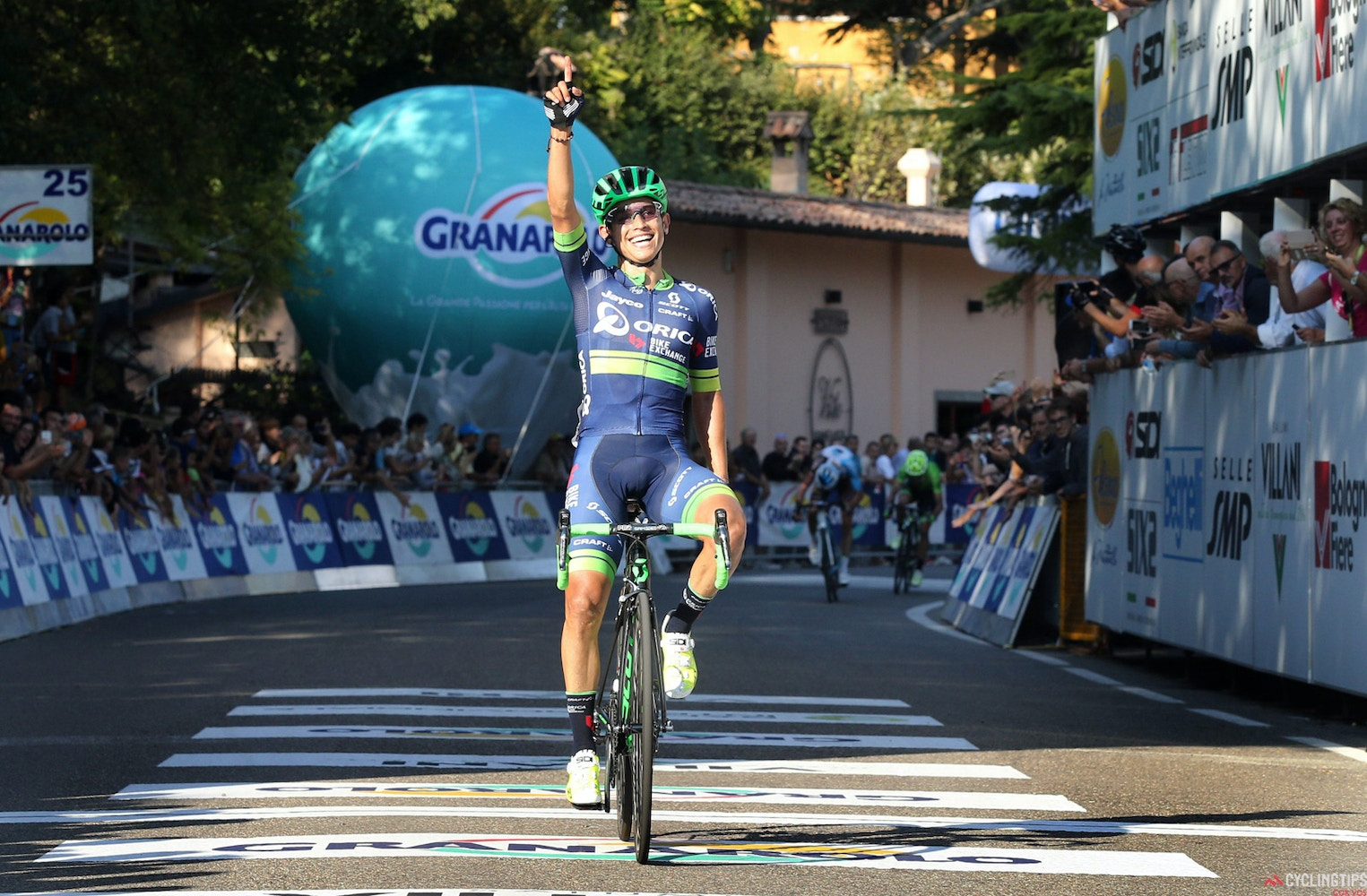 Il Lombardia champion Chaves commits to three more years with Orica-BikeExchange