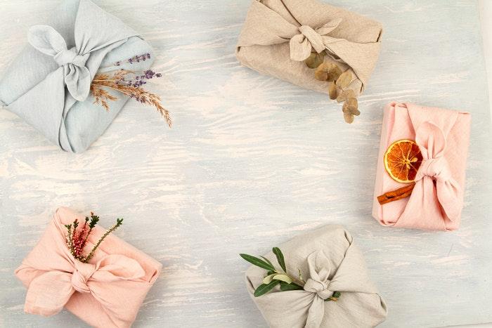 geschenk-in-stoff-verpackt-furoshiki-jpg