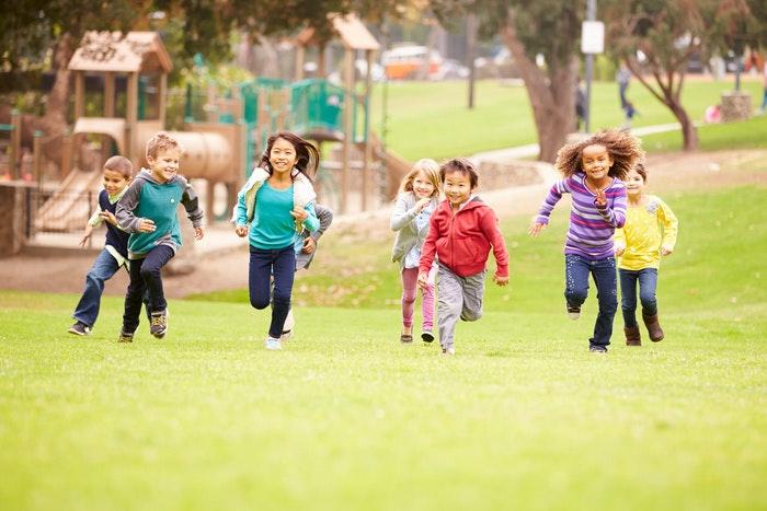 kinder-rennen-auf-wiese-jpg