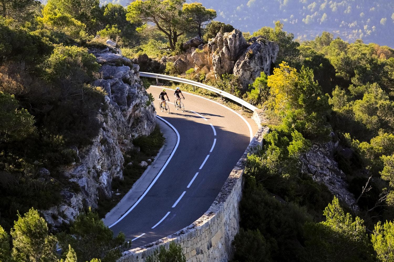 Rennradtour zwischen Kalksteinfelsen und Weinbergen