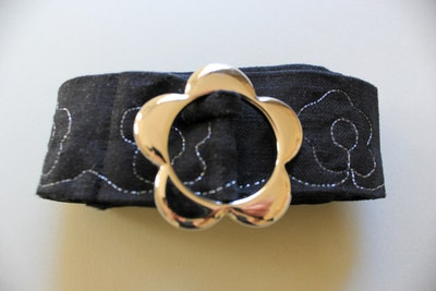 Julevidge Linen belt with a silver flower pattern