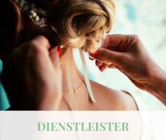 Hochzeitsdienstleister bindet der Braut den Haarschmuck