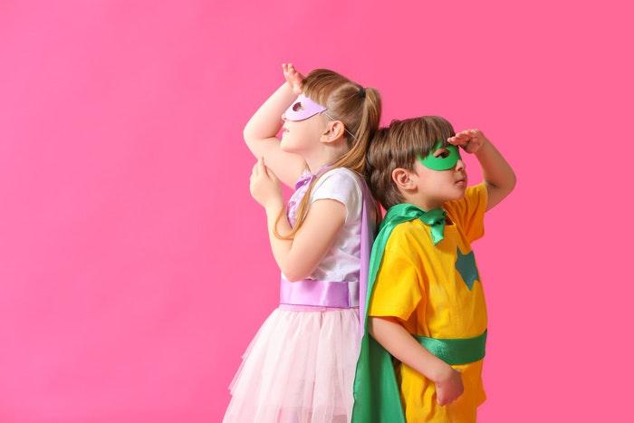 kinder-in-superhelden-kostuemen-jpg