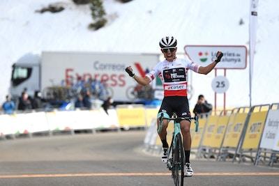 Chaves se luce para darle al Team BikeExchange su primera victoria WorldTour de la temporada con una victoria en solitario