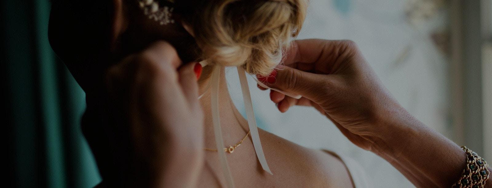 Braut bekommt Haarschmuck festgezogen
