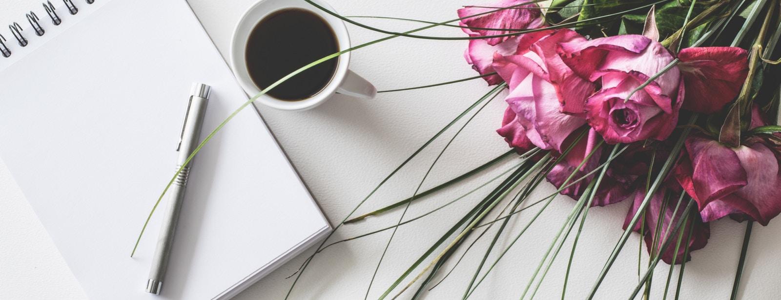 Tisch mit Blumenstrauss und Kalender