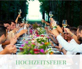 Hochzeitsfeier mit langer Tafel