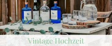 Vintage Hochzeit mit Hochzeitsdekoration auf einem Retrotisch