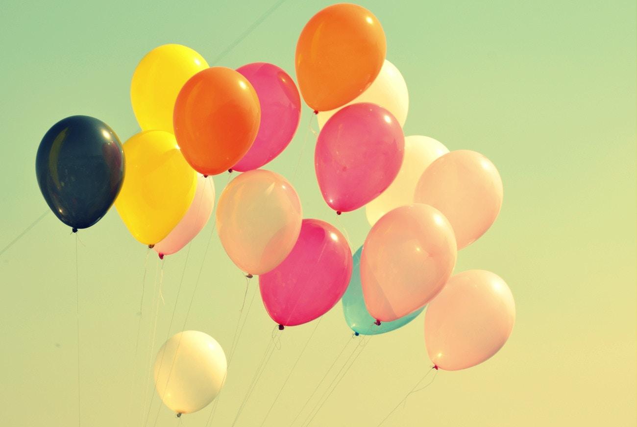 Luftballons steigen lassen - ein magischer Moment an der Hochzeit