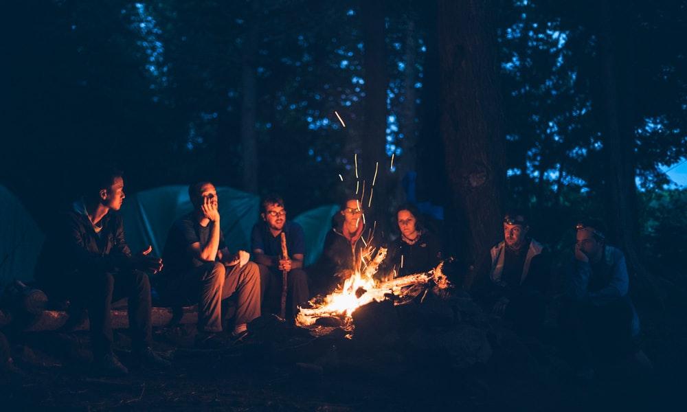 outdoria-six-camping-essentials-blog-list-campfire-friends-forest-night-jpg