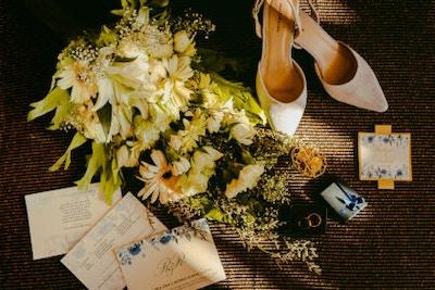 Diese Informationen gehören in die Einladung zur Hochzeit inkl. Textideen für eure Formulierungen