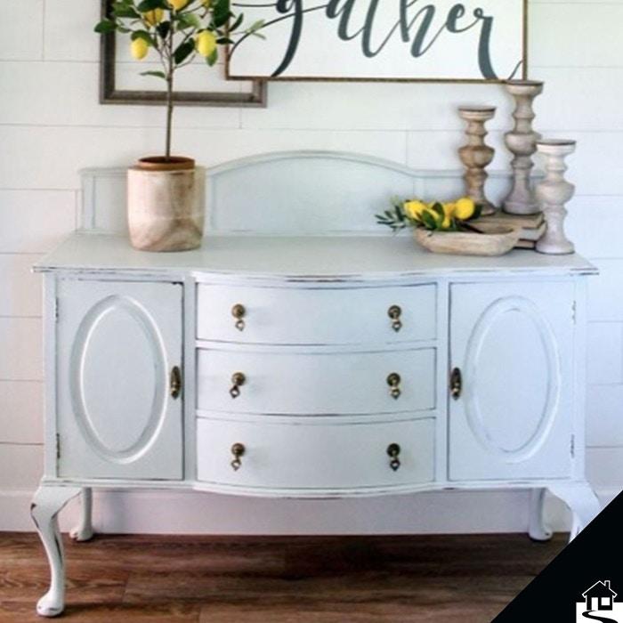 Een mooie dressoir vult de woonkamer aan