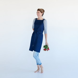 Apron Dynamic Gardener with cross back straps and two generous front pockets, made from Organic cotton