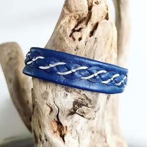 Scandic blue leather bracelet with flat pewter threads, ready made.