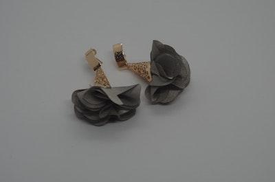 Continente Dorado Florecer Earrings- Grey