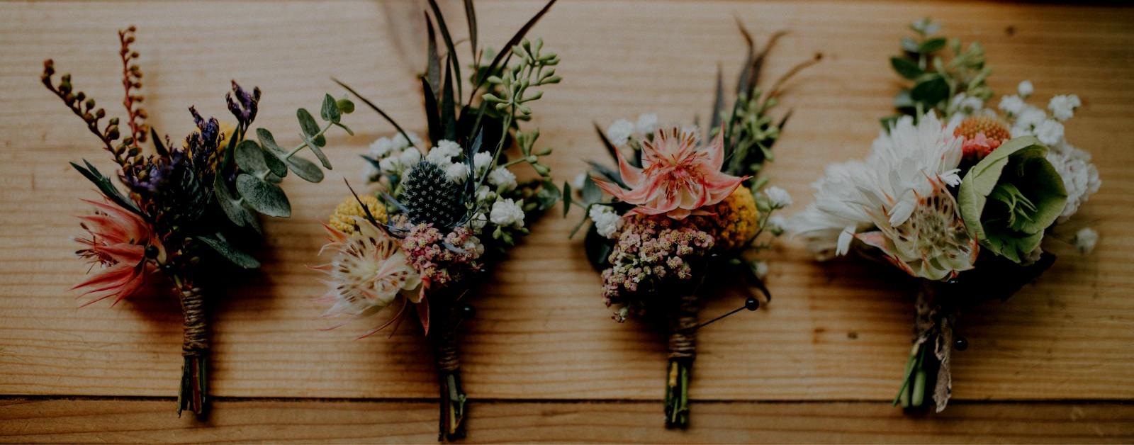 4 Brautsträuße auf einem Tisch