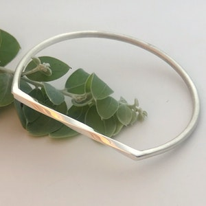 Twist top sterling silver bangle