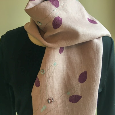 Julevidge Linen scarf with a tree and leaf design
